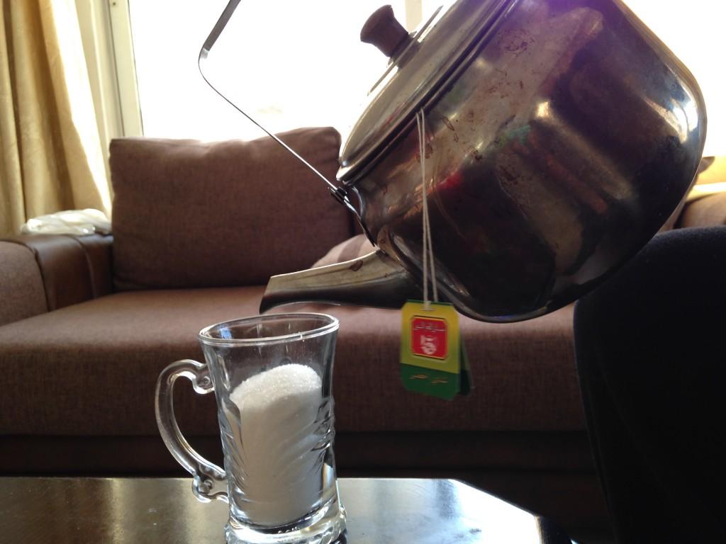Vor lauter Zucker weiß man nicht mehr, wo der Tee hin soll.